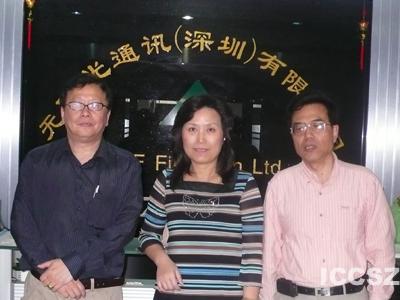 讯石董事长石明先生(左) EMERIMD公司总经理Margaret(中) 光通图片